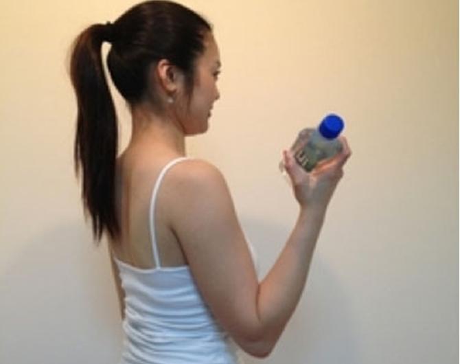 Tập cổ tay bằng chai nước hiệu quả không ngờ